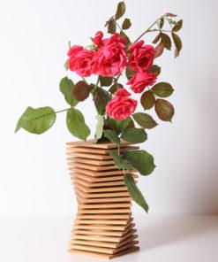 koka vāze ziediem